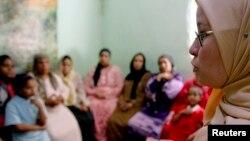 Seorang konselor berupaya meyakinkan para perempuan di Minia, Mesir, untuk tidak memberlakukan praktik mutilasi kelamin terhadap anak-anak perempuan mereka. (Foto: Dok)