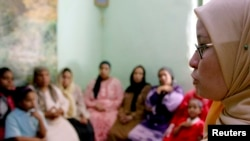 Une conseillère tente de convaincre des mères de ne pas faire exciser leurs filles, à Minia en Egypte, en juin 2006 (Reuters)