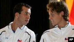 Tomas Berdych, kanan, and Radek Stepanek, kiri, merebut gelar juara Piala Davis bagi Ceko untuk pertama kalinya sebagai negara merdeka dengan mengalahkan tim Spanyol 3-2 (foto: dok).