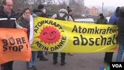 Los activistas realizaron manifestaciones a lo largo del recorrido realizado por el tren con deshechos nucleares.