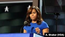 Ibu Negara Amerika Serikat, Michelle Obama saat berpidato di Konvensi Nasional Partai Demokrat di Philadelphia (A.Shaker/VOA).