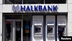 Mesin ATM di salah satu cabang Halkbank di Istanbul, Turki, 15 Agustus 2014. (Foto: dok).