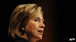 Ngoại trưởng Clinton nói bà cảm thấy phấn khởi trước sự đồng thuận của quốc tế ngày càng tăng chống lại sự hạn chế du hành đối với những người nhiễm HIV