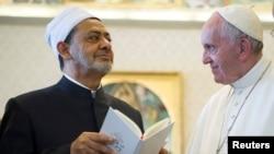 Papa Roman Francis da Sheikh Ahmed Mohamed el-Tayeb, babban limamin Azhar ta Misra.