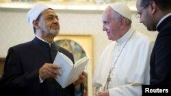 Pope Francis akibadilishana zawadi na Sheikh Ahmed Mohamed el-Tayeb, kushoto, Imam wa chuo kikuu cha al-Azhar huko Vatican, Mei 23, 2016.
