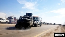 Sebuah mobil polisi diderek pasca serangan bom bunuh diri di Taji, 20 kilometer sebelah utara Baghdad, 5 Februari 2013. (Foto: dok).