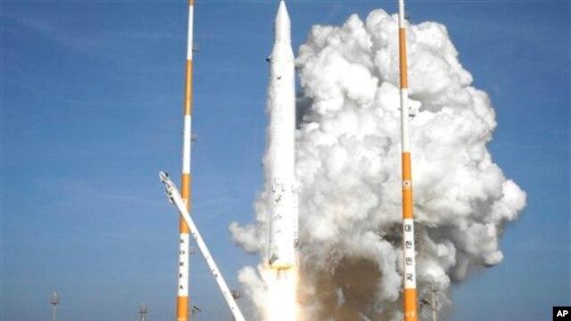 Roket Korea Selatan, KSLV-1, lepas landas Naro Space Center di Goheung, 480 kilometer selatan Seoul hari Rabu (30/1).