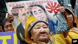 一位前慰安婦代表成千上萬'慰安婦'2015年4月29日在首爾日使館前抗議美日同盟。