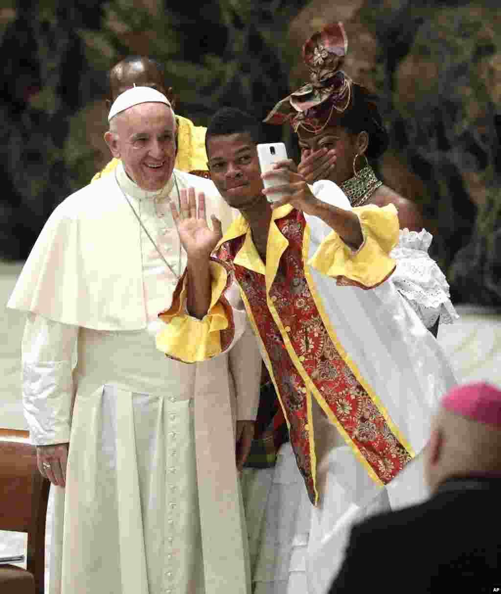 سلفی گرفتن یک زائر با پاپ فرانسیس رهبر کاتولیک های جهان در واتیکان