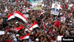 Para anggota Ikhwanul Muslimin dan para pendukung Presiden terguling Mohamed Morsi meneriakkan slogan dalam aksi protes di lapangan Rabaa Adawiya, dimana mereka kemah di kota Nasr, sebelah Timur Kairo (11/8).