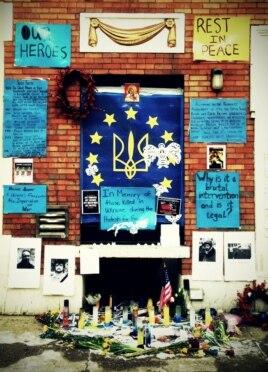Cộng đồng Mỹ gốc Ukraina ở khu vực East Village, quận Manhattan, New York tưởng nhớ những người đã thiệt mạng trong những vụ biểu tình ở Ukraina hồi gần đây
