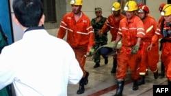 搜救人员在山东龙郓煤业有限公司矿难地点抬出22名被困人员中唯一生还者(2018年10月21日)