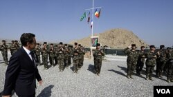 Presiden Nicolas Sarkozy saat mengunjungi tentara Perancis di pangkalan militer Tora, Afghanistan (12/7).