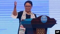 """Menteri Luar Negeri Indonesia Retno Marsudi mengenakan """"selendang Palestina"""" pada saat berbicara pada Bali Democracy Forum, 7 Desember 2017 lalu (foto: dok)."""