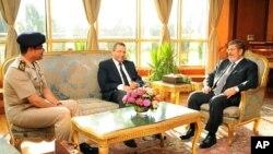 1일 무함마드 무르시 이집트 대통령(오른쪽)이 헤삼 칸딜 총리(가운데)와 압델 엘 시시 국방장관(왼쪽)과 함께 반정부 시위에 대한 대처방안을 논의하고 있다.
