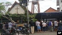 Warga berkumpul di luar Gereja St. Lidwina setelah serangan di Sleman, Yogyakarta, Minggu, 11 Februari 2018. Polisi menembak penyerang gereja yang membawa pedang.