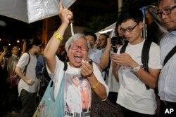 류샤오보의 사망을 애도하는 홍콩 주민이 13일 시내 중국정부 연락사무소 앞 분향소에서 오열하고 있다.