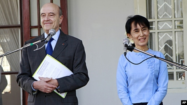 French Foreign Minister Alain Juppe and Burmese pro-democracy leader Aung San Suu Kyi attend a press conference after their meeting at her lake side residence in Rangoon, Burma, January 15, 2012.