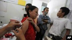 Seorang pasien perempuan menerima pengobatan gratis di klinik Tuberkulosis di Jakarta. (Foto: Dok)