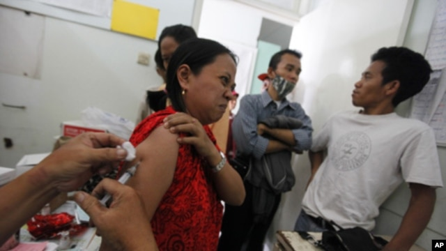 A tuberculosis patient receives free treatment at the Indonesian Union Against Tuberculosis clinic in Jakarta, April 4, 2011.
