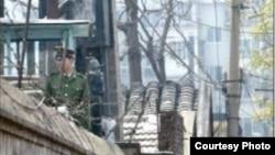 赵紫阳家的院牆上架起了一圈鐵絲網,武警警惕地注视着周围。(博讯照片)