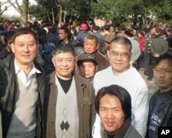 贵州独立参选人陈西(右二穿白衣者)