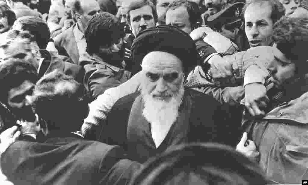 ازدحام هواداران آیت الله خمینی در فرودگاه، پس از سخنان وی در هنگام ورود به ایران – تهران، پنجشنبه ۱۲ بهمن ۱۳۵۷
