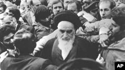 Ayətulla Xomeynini tərəfdarları Tehran aeroportunda qarşılayır. 1 fevral, 1979.