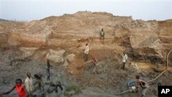 Alguns jovens levados para trabalhos forçados foram presos por garimpo ilegal de diamantes em zonas como a desta imagem de arquivo.