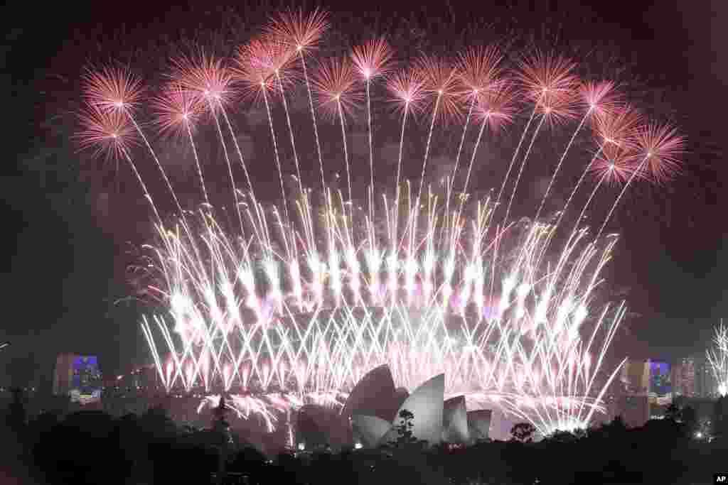 Los fuegos artificiales estallan sobre la ópera de Sydney en Australia, además del puente del puerto, mientras que las celebraciones del Año Nuevo están en curso. (Foto AP)