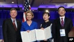 2011年湖南省委书记周强(右一)、中国人民对外友好协会副会长李小林(右二)访美时同华盛顿州州长与内布拉斯加州州长合影