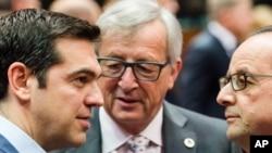 Gretsiya Bosh vaziri Aleksis Tsipras (chapda) Yevropa Komissiyasi Prezidenti Jan-Klod Yunker (markazda) va Fransiya Prezidenti Fransua Olland bilan Yevropa Kengashi binosida yevrozonaga a'zo 19 mamlakat rasmiylari majlisida gaplashmoqda, Bryussel, 12-iyul, 2015-yil