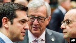 2015年7月12日布鲁塞尔: 希腊总理齐普拉斯(左)和欧盟委员会主席容克(中)和法国总统奥朗德交谈