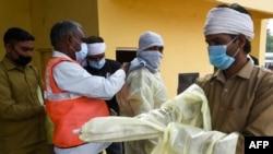 印度法里達巴德的市政工作人員穿上防護服將要去給一個居民區噴藥消毒以防範新冠病毒的蔓延。(2020年4月15日)