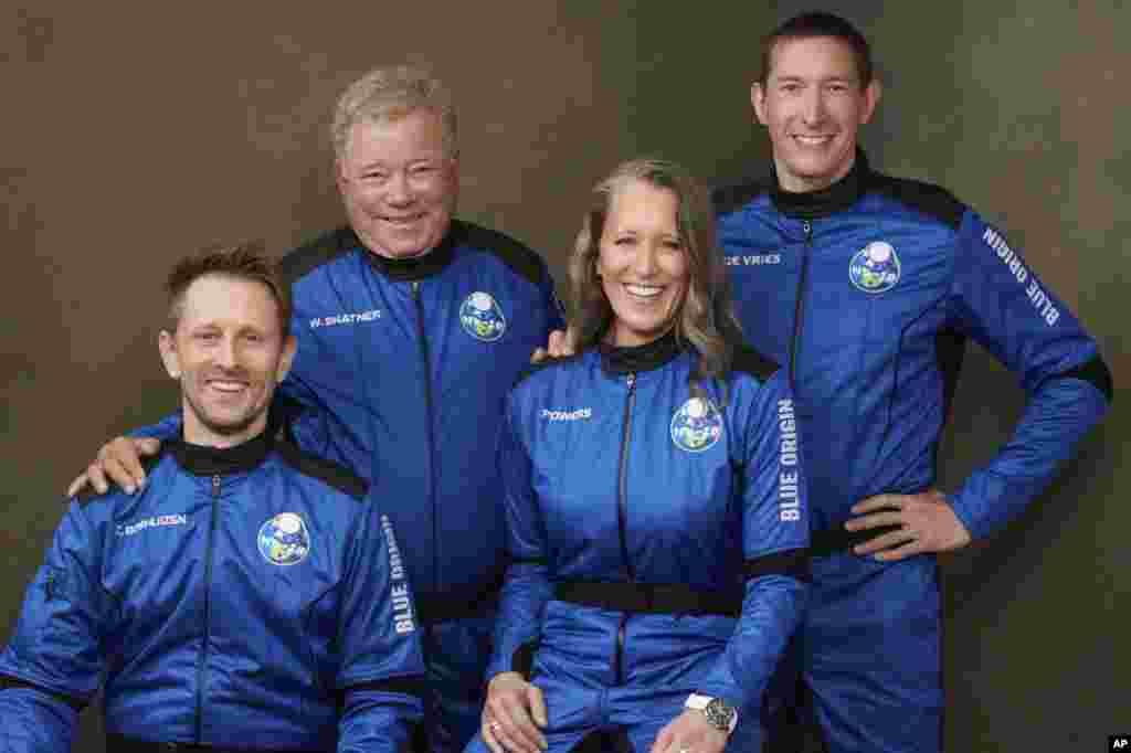 Villiam Şatner, Kris Boşuizen, Odri Pauers və Glen de Vriesi daşıyan Blue Origin-də fəzaya yola düşməzdən əvvəl