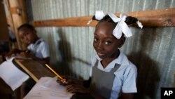 Elèv nan lekòl Bethesda Evangelical nan Canaan, Ayiti. Foto: 24 out 2017. (Foto: AP/Rebecca Blackwell)