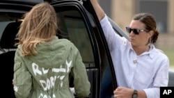 """第一夫人梅拉妮亞周星期四在馬里蘭州的安德魯斯聯合基地登上空軍一號以及後來返回的時候被人看見她穿的一件橄欖綠外套的後面用白色的塗鴉體寫著:""""我才不在乎。你呢?"""""""