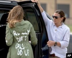 """La primera dama de EE.UU., Melania Trump, llega a la base aérea Andrews en Maryland, antes de viajar a Texas para visitar un centro de detención de menores migrantes. Su chaqueta con un mensaje que dice """"A mi no me importa, y ¿a tí?"""", causó polémica. Junio 21 de 2018."""