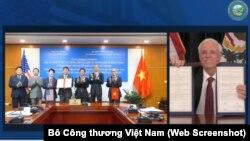 Thống đốc bang West Virginia Jim Justice và Thứ trưởng Bộ Công thương Việt Nam Đỗ Thắng Hải cùng các đại diện khác của bộ tại lễ ký kết văn bản ghi nhớ hợp tác giữa hai chính phủ về thương mại và đầu tư năng lượng hôm 25/2 qua hình thức trực tuyến.