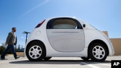 Mobil prototipe Google yang baru dalam demonstrasi di kampus Google di Mountain View, California (13/5). (AP/Tony Avelar)