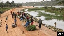 Le long du fleuve Niger à Niamey, le 21 décembre 2017.
