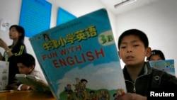 資料照:中國江蘇龍潭的小學生在上英語課。 (2007年5月30日)