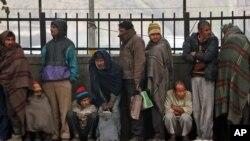 Những người nghèo và những người vô gia cư xếp hàng nhận thực phẩm miễn phí từ một tổ chức tình nguyện, 1/1/13