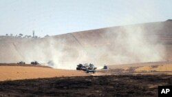 Quân đội Thổ Nhĩ Kỳ di chuyển bên trong lãnh thổ Syria gần Karkamis, Thổ Nhĩ Kỳ, ngày 26 tháng 8 năm 2016.