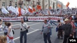去年夏季莫斯科市中心举行的要求自由和释放政治犯的大游行 (美国之音白桦 拍摄)