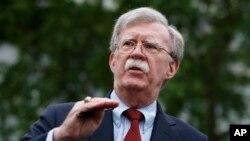 Savetnik za nacionalnu bezbednost Džon Bolton razgovara sa novinarima ispred Bele kuće (arhivski snimak)