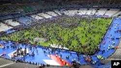 Khán giả đổ xô vào sân vận động Stade de France sau một vụ nổ gần đó, ngày 13/11/2015.