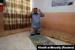 Mohammed Sattar sedang beribadah di rumahnya, Irak, 2 September 2020. (Foto: Reuters/Khaldi al-Mousily)