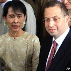 ທ່ານ Derek Mitchell ພົບປະກັບ ທ່ານນາງ Aung San Suu Kyi.
