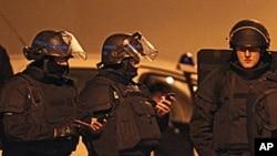 法国警察3月21日在图卢兹嫌疑枪手躲避的建筑物外